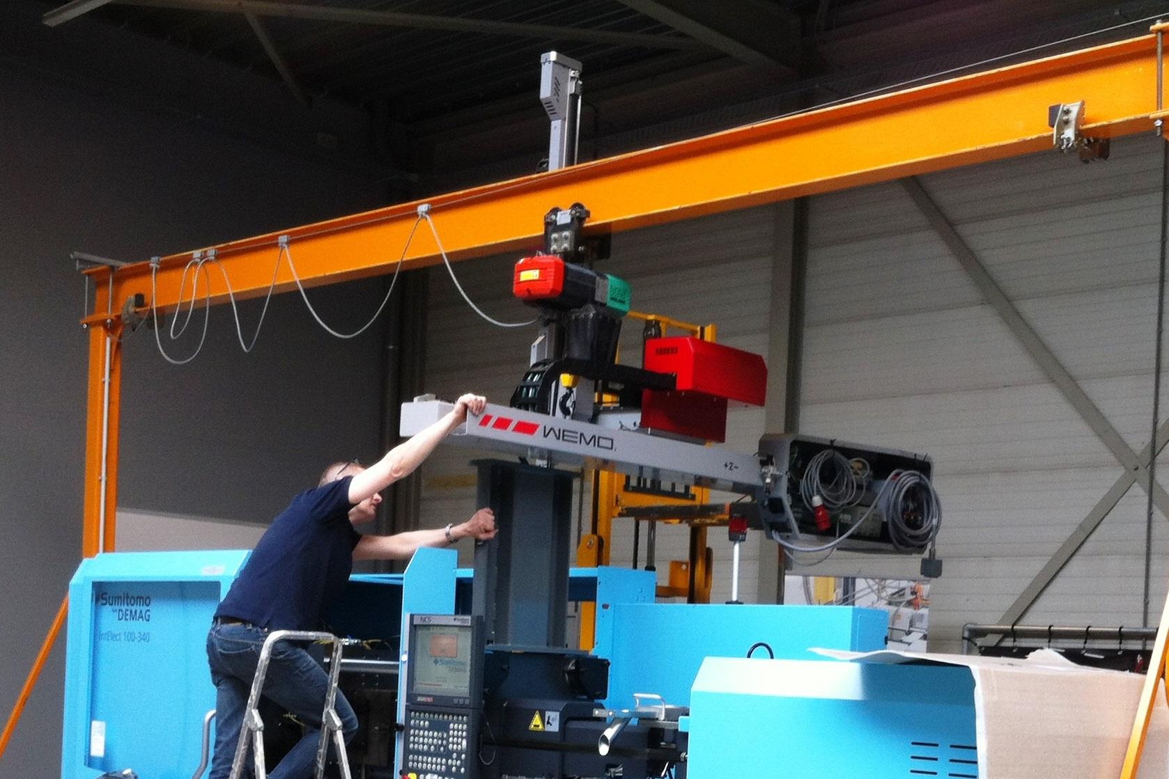 Opbouw Wemo robot op Sumitomo Demag IntElect 100